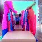 """Balancieren im """"bunten Tunnel"""", welches Kind kann da widerstehen?"""