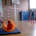 Spielerisch lernen die Kinder ihren Körper kennen und können ihn später besser steuern.