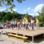 """Kinder tanzen als """"7 Zwerge"""" vor der Hörselberghalle, obwohl sie einige Zwerge mehr sind."""