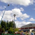die 45 Meter hohe Hebebühne vor der Hörselberghalle