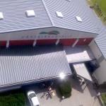 Blick aus 45 Meter Höhe auf den Eingangsbereich der Hörselberghalle in Wutha-Farnroda